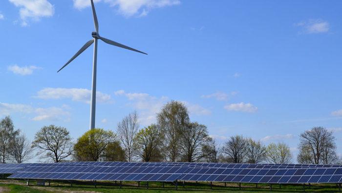 Windrad und Sonnenkollektoren